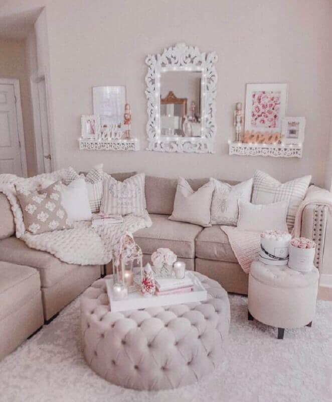 decoração romantica para sala em tons neutros com puff capitonê redondo Foto J'adore Lexie Couture