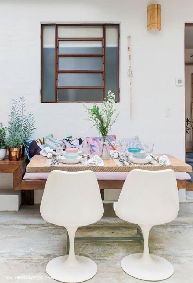 decoração simples com cadeira de plastico branca Foto Histórias de Casa