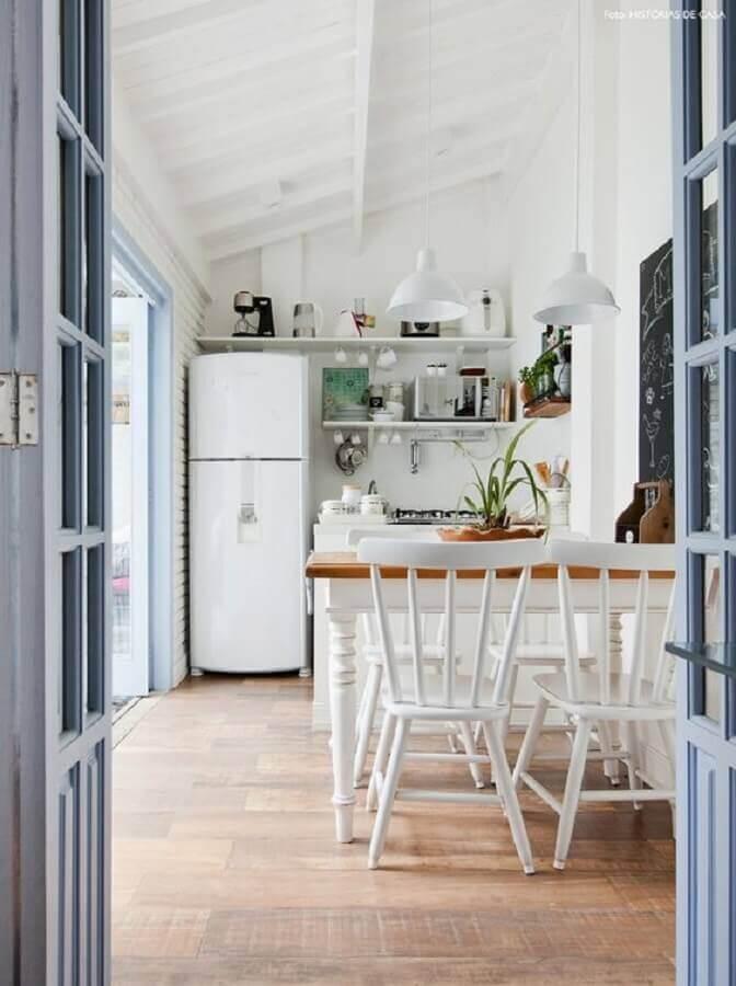 decoração simples para cozinha com cadeira de madeira branca Foto Histórias de Casa