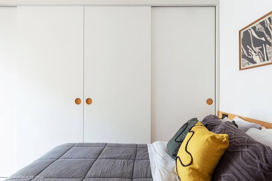 decoração simples para quarto branco com guarda roupa planejado Foto Histórias de Casa