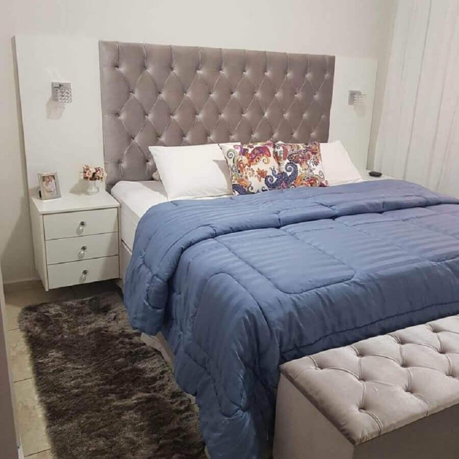 decoração simples para quarto de casal com puff bau capitonê Foto Sucesso Tapeçaria