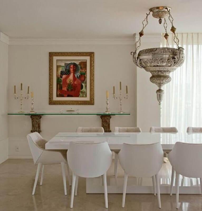 decoração sofisticada para sala de jantar com mesa e cadeira branca e lustre pendente de prata Foto Pinterest