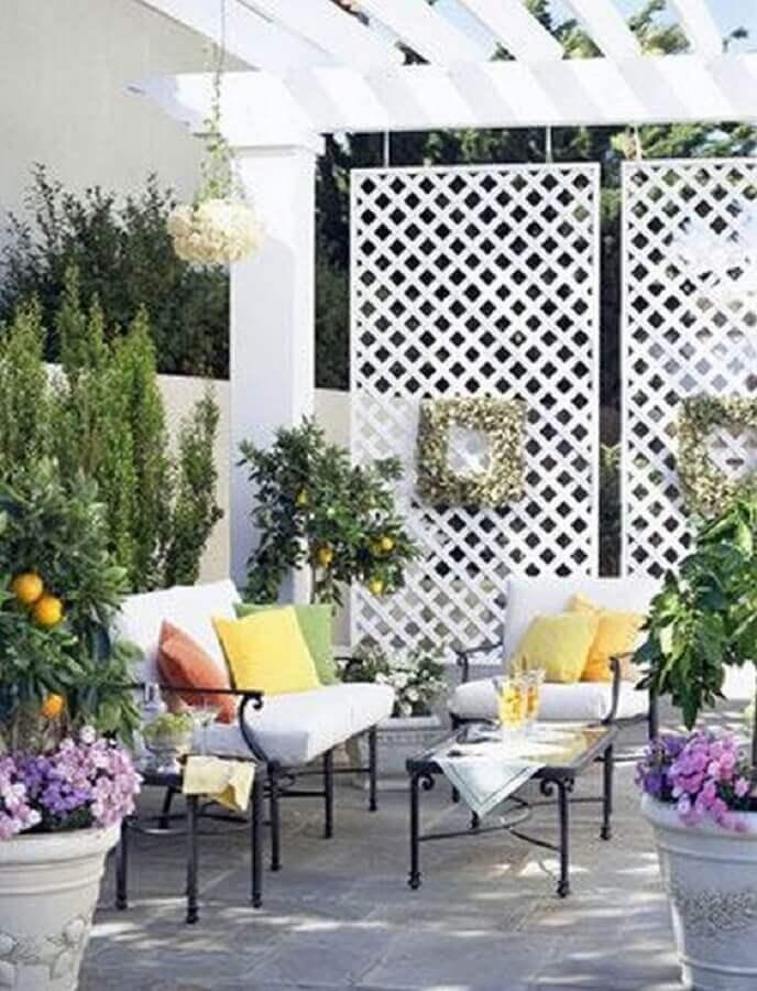 decoração varanda com treliça de madeira para divisória pintada de branca Foto ABC Home Decor