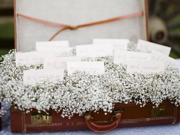 Forme um lindo enfeite decorativo usando mala e flores mosquitinho