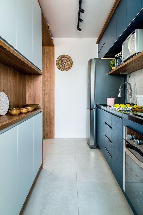 Decoração de armário de cozinha para ambiente com marcenaria azul e iluminação moderna