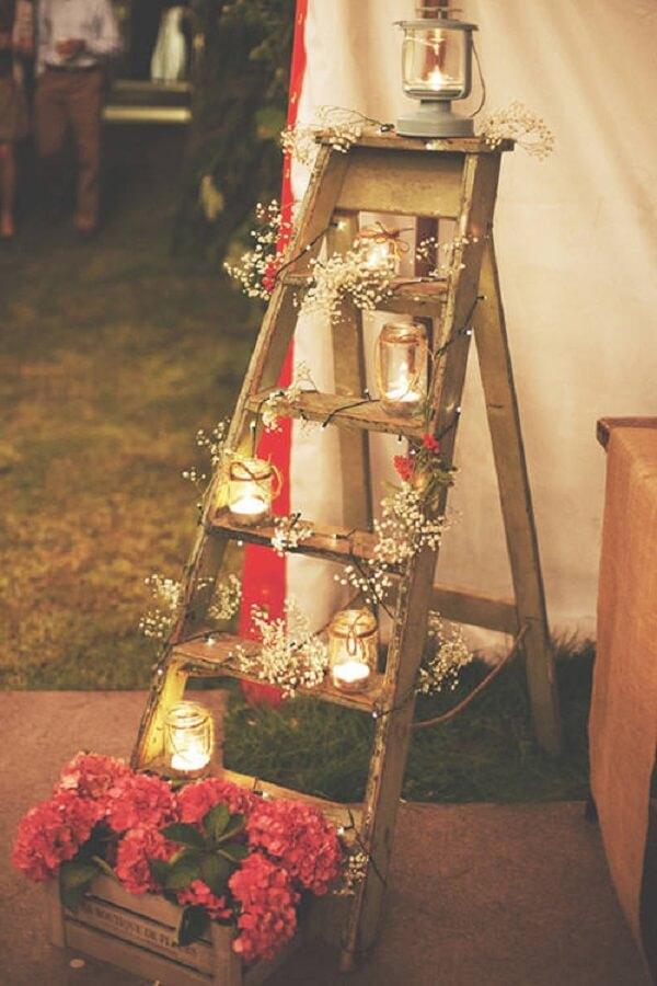 A estante escada pode compor lindamente a decoração da festa