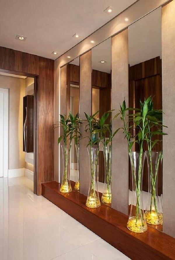 Vasos decorativas de vidro decoram o hall de entrada
