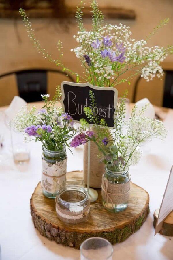 Decoração de casamento rústica feita com potes de vidro e madeira