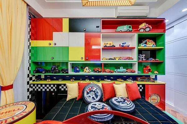 Estante nicho colorida para quarto infantil em tons vibrantes e alegres
