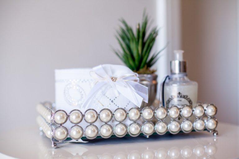 Modelo de bandeja decorativa para banheiro feita com pérolas