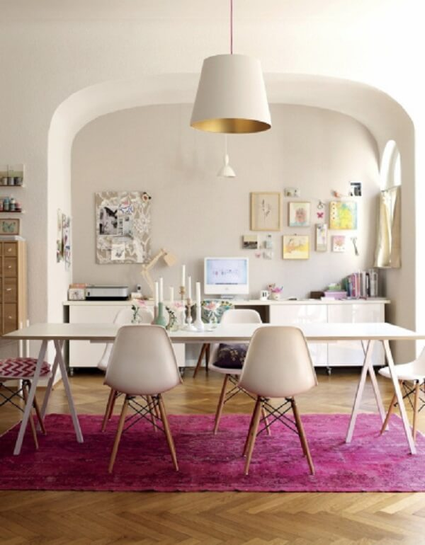 O tapete rosa pink delimita a sala de jantar da casa
