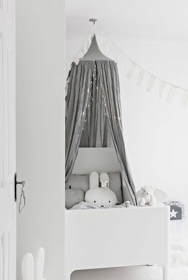 delicada decoração para quarto de bebê branco com dossel cinza Foto Pinterest