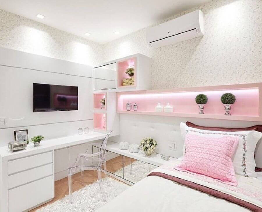 delicada decoração para quarto rosa e branco com móveis planejados Foto Pinterest