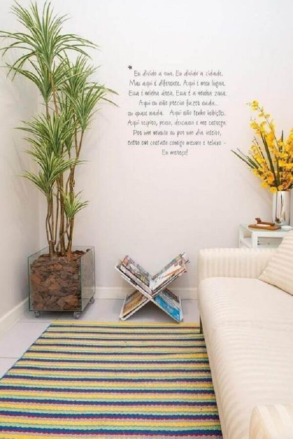 O cachepot de vidro quadrado traz um toque natural para sala de estar