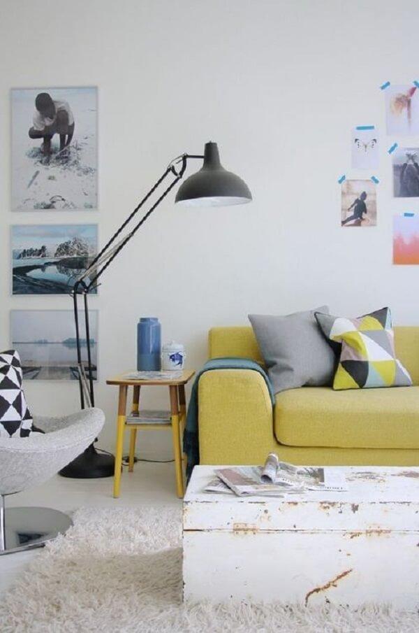 O sofá amarelo trouxe vida para a decoração neutra