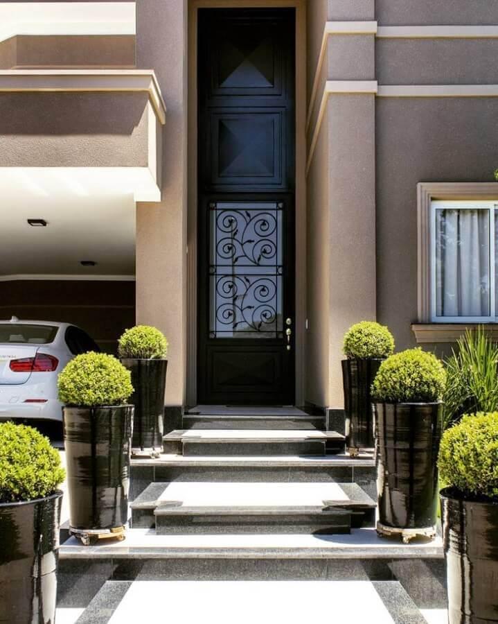 entrada de casa com porta de ferro com vidro Foto Invento Arquitetura