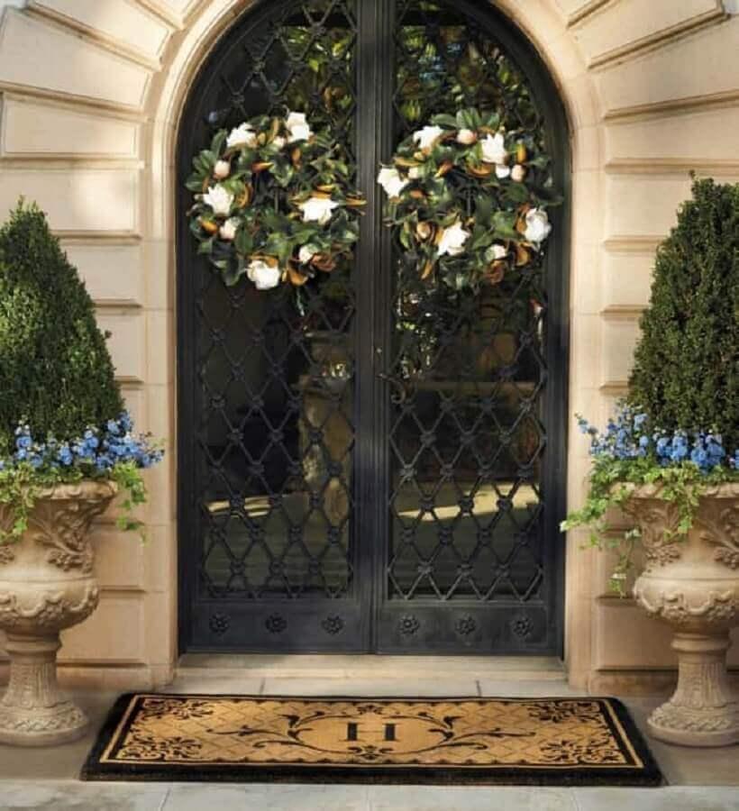 entrada principal com porta de ferro com arabescos Foto Pinterest