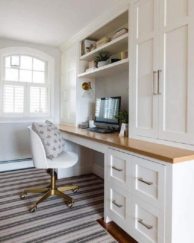 escritório com cadeira giratória branca com perna dourada Foto Schoolhouse