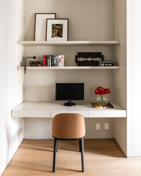 A bancada branca suspensa com gavetas facilita a organização de papeis e materiais de escritório