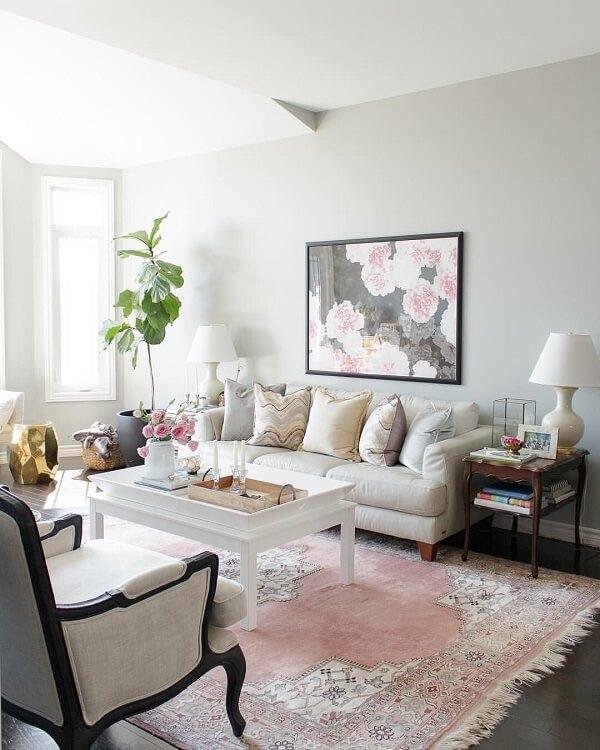 O tapete rosa bebê estampado traz delicadeza para a decoração da sala