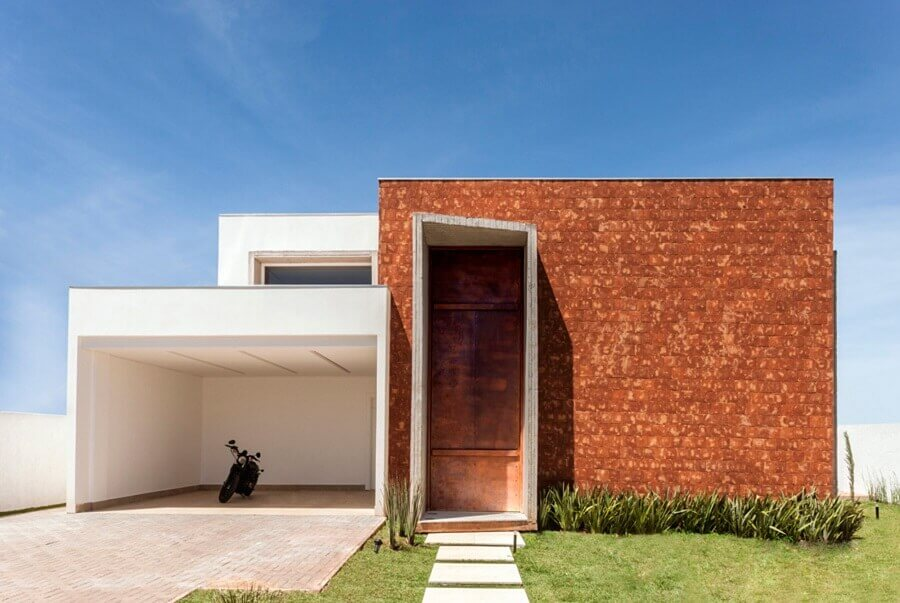 fachada de casa moderna com porta de ferro Foto Casa de Valentina