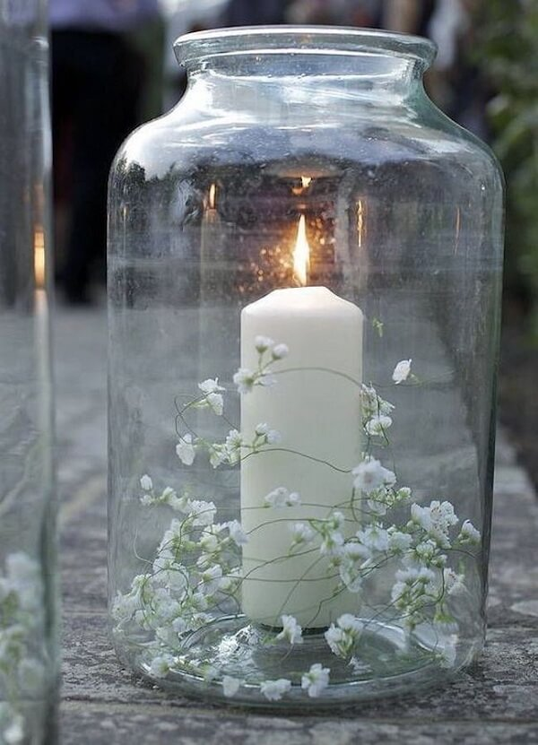 Forme um lindo enfeite colocando a flor mosquitinho dentro do pote de vidro com vela