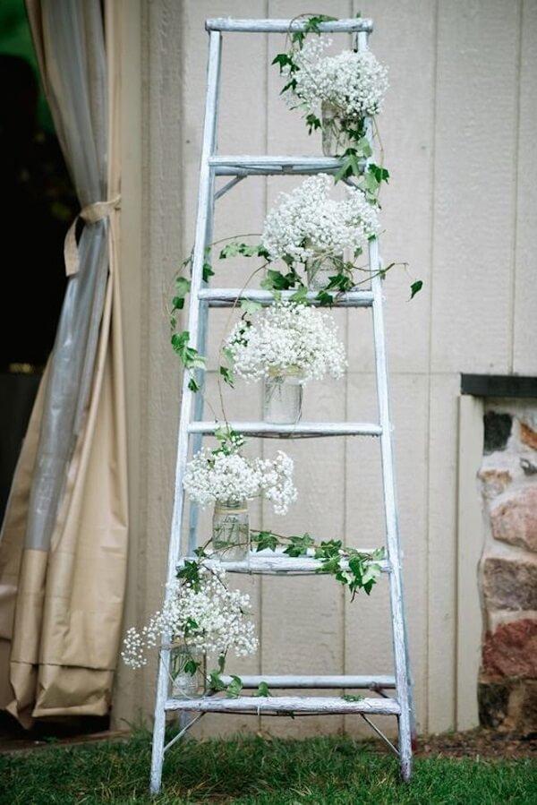 Posicione potes de vidro na estante escada e forme lindos arranjos florais