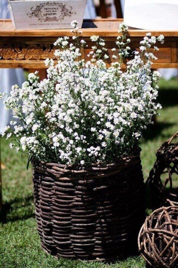 Cesto de vime e flores mosquitinho decoram delicadamente a festa