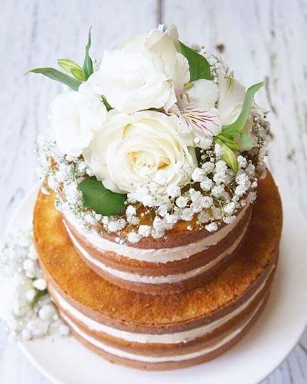 Rosas e flores mosquitinhos decoram o topo de bolo