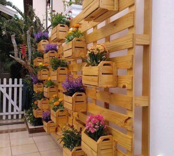 Floreira vertical feita com caixote de feira
