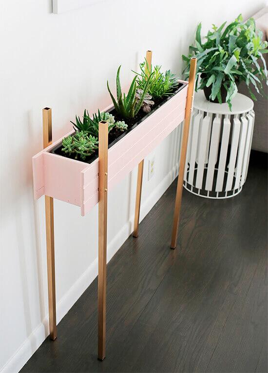 Floreira no chão cor de rosa