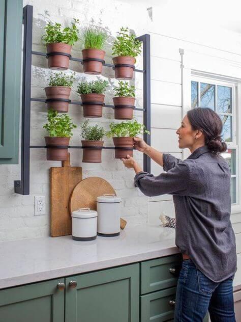 Floreira de ferro na cozinha com hortinha