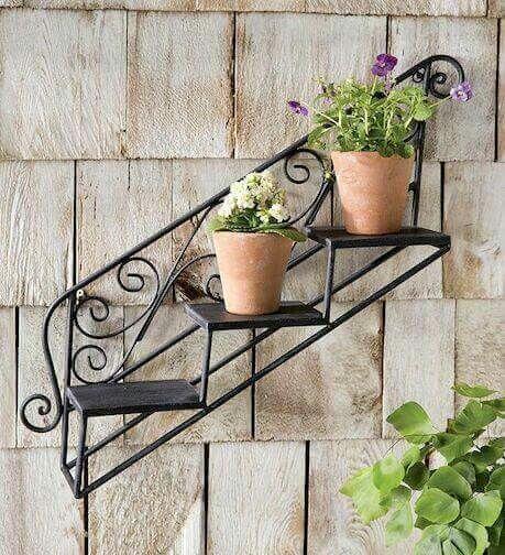 Floreira de ferro com flores pequenas