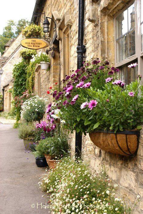 Floreira de janela decorando a entrada de casa