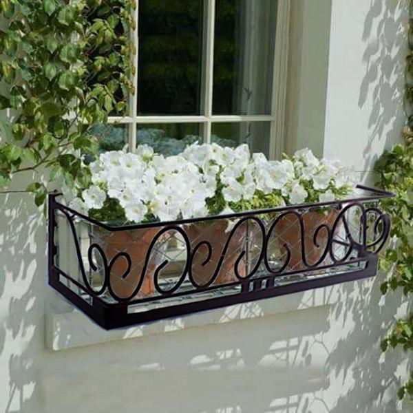 Floreiras na janela com flor branca