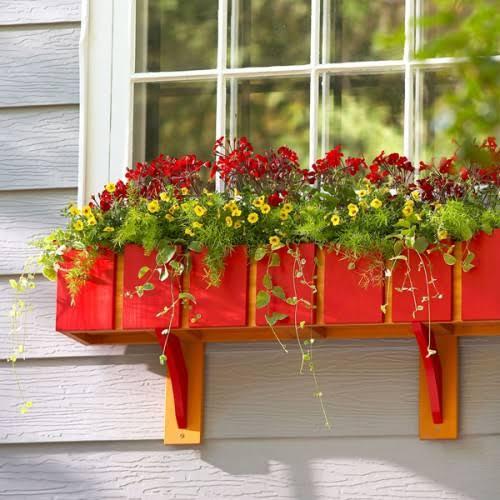 Floreira vermelha com flores combinando