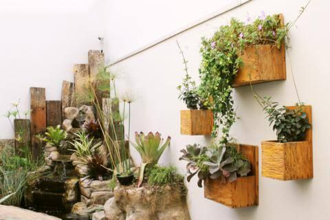 Floreira de madeira com plantas