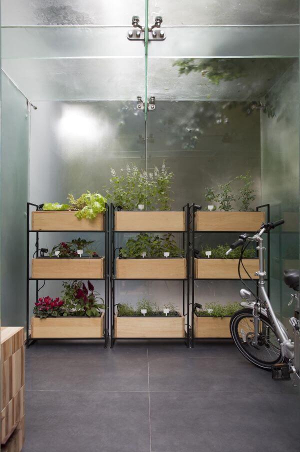 Floreira de madeira com ferro
