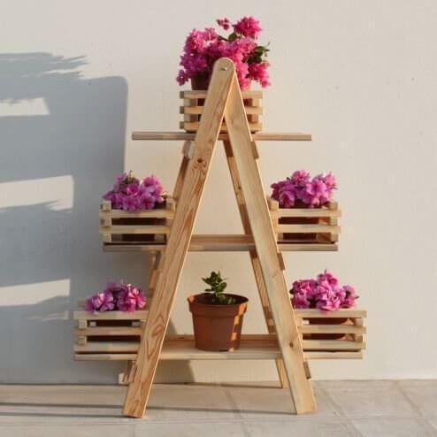 Floreira de madeira simples com flores rosa