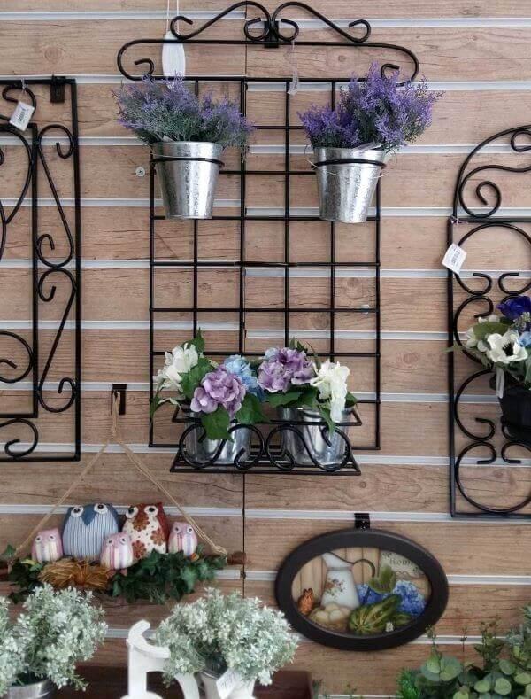 Floreira de ferro e flores lindas