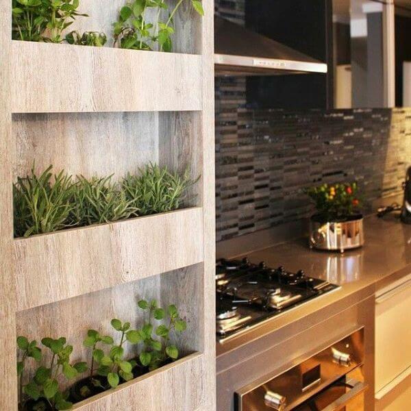Floreira na cozinha com mini horta