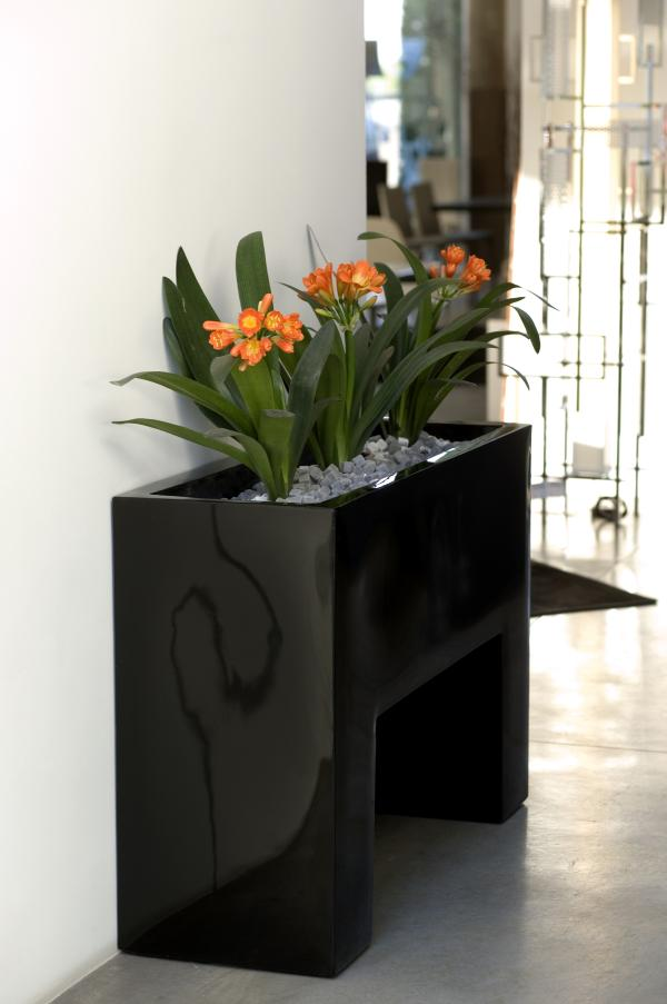 Floreira preta com flores laranja