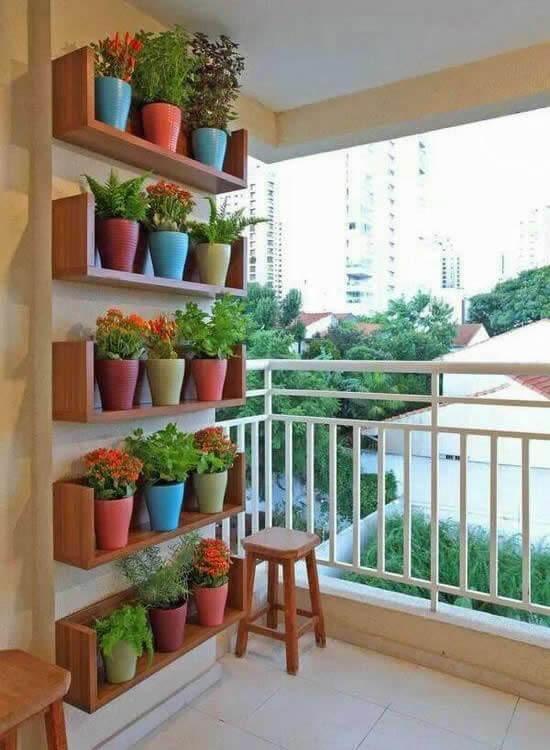 Floreira vertical com vasos coloridos