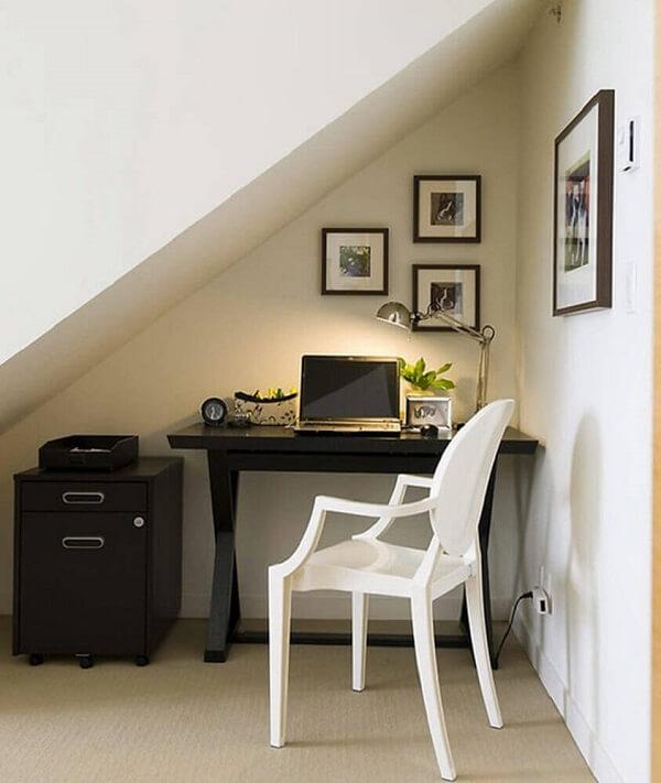 Escritório pequeno planejado construído embaixo da escada