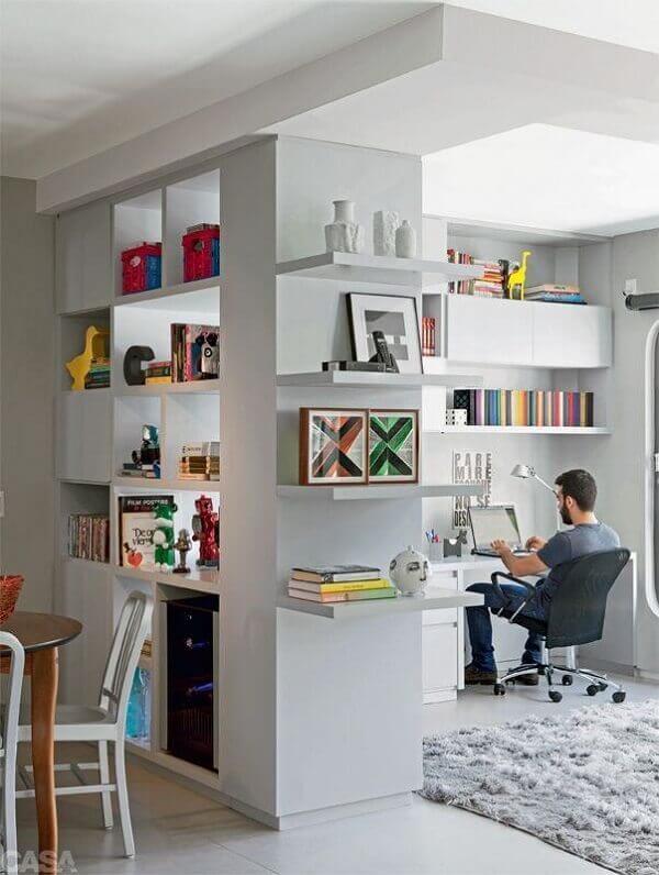 Escritório planejado pequeno com nichos e prateleiras