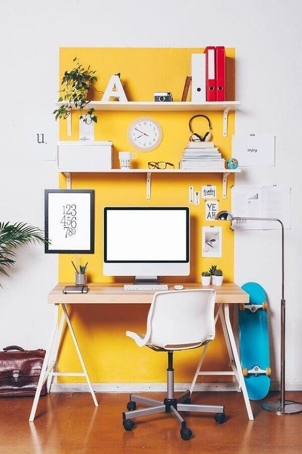 O amarelo é uma cor estimulante e alegre para o escritório planejado