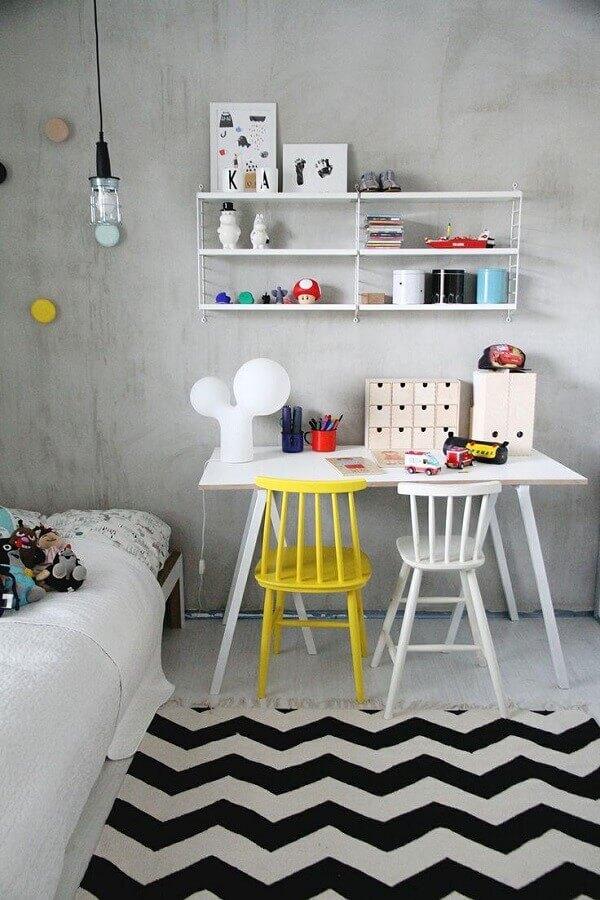home office simples decorado com cadeira branca e amarela Foto Casinha Colorida