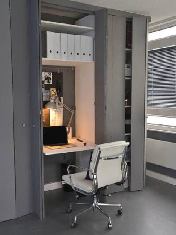 Utilize armários criativos para estruturar seu mini escritório planejado