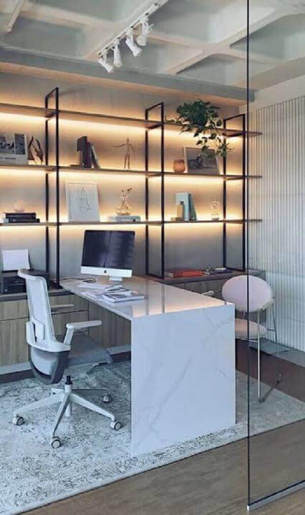 Escritório planejado com prateleiras iluminadas