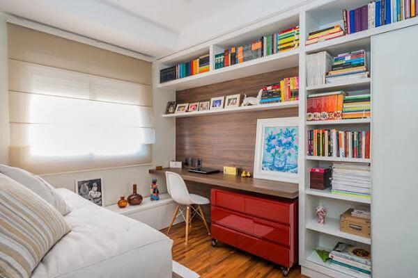 Utilize prateleiras e nichos no quarto com escritório planejado
